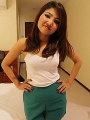 Sultry Thai babe seductively strips nude to tease camera