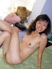 Naked Thai babe posing for her boyfriend