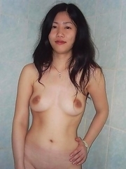 Naked Singaporean babe posing in the shower